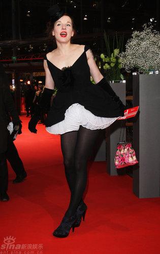 图文:柏林红毯--女星梅克身穿设计独特黑白短裙