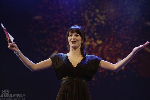 图文:柏林红毯--电视主持人卡特琳张开双臂
