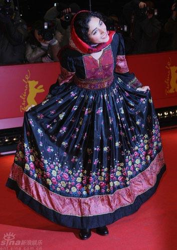 图文:柏林电影节闭幕-法拉汉妮服饰洋溢民族风情