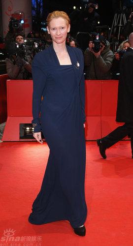图文:柏林电影节闭幕--主席斯文顿素雅蓝裙亮相