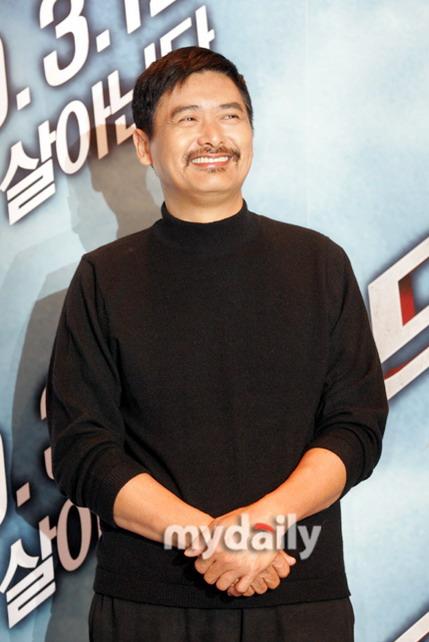 图文:《龙珠》韩国记者会--周润发笑呵呵
