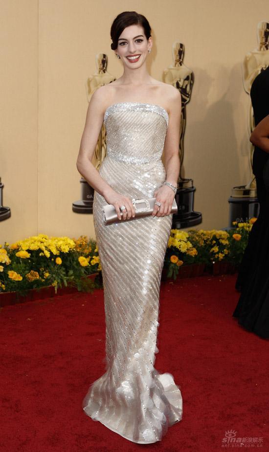 图文:奥斯卡红毯--安妮-海瑟薇银色长裙耀眼