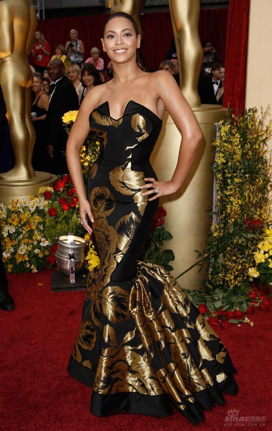 图文:奥斯卡红毯--碧昂丝红毯扭胯身姿绰约