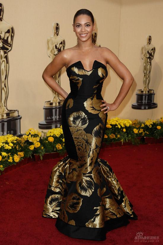 图文:奥斯卡红毯--碧昂丝着黑金礼服显老气