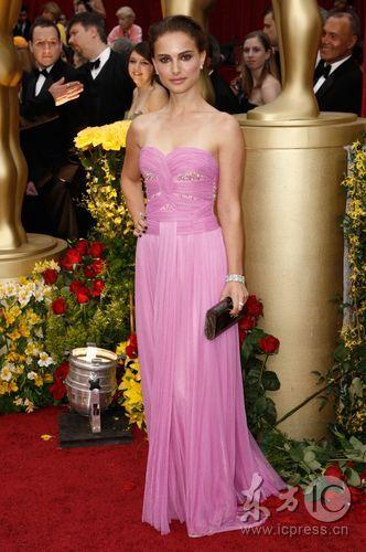 图文:奥斯卡红毯--娜塔丽-波特曼粉色长裙