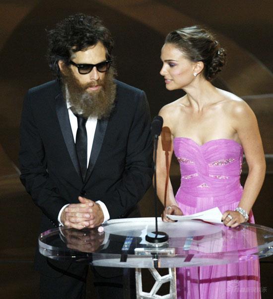 图文:奥斯卡颁奖--本-斯蒂勒与娜塔丽-波特曼