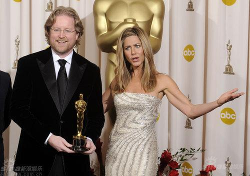图文:奥斯卡后台--颁奖嘉宾安妮斯顿与布莱克