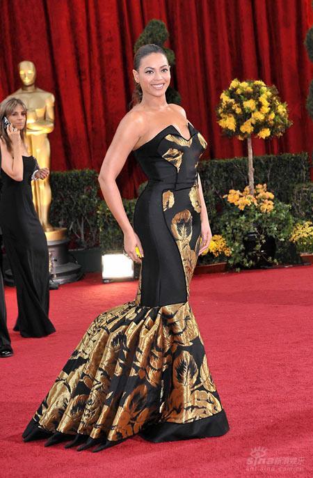 图文:奥斯卡红毯--碧昂斯着黑金相间礼服夺目