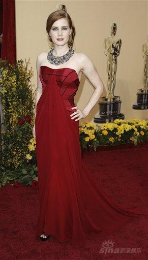 图文:奥斯卡红毯--艾米-亚当斯气质高雅