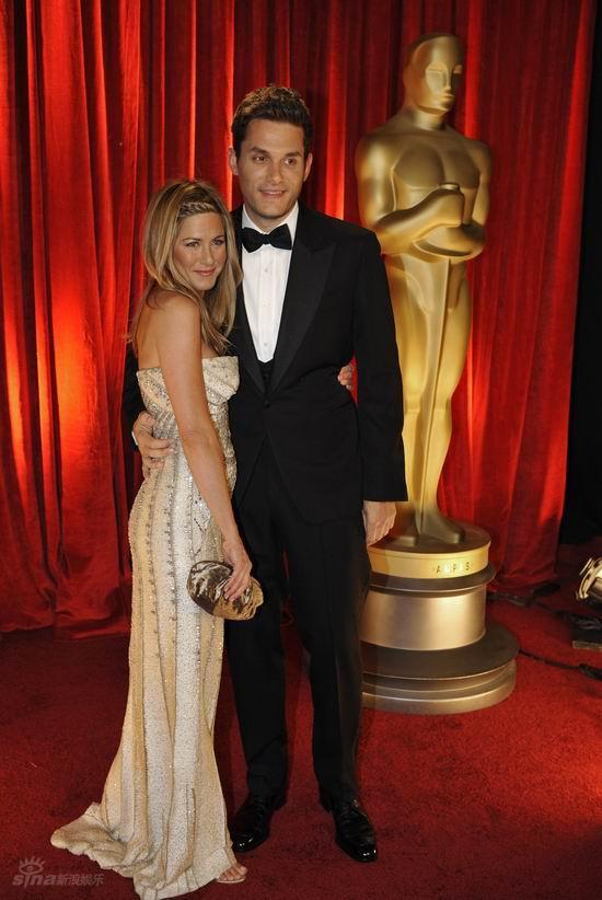 图文:奥斯卡红毯--安妮斯顿和男友如胶似漆