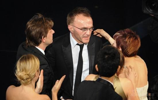 图文:奥斯卡颁奖--《贫民富翁》剧组祝贺鲍尔