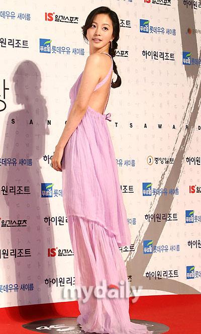 图文:韩国百想大奖红毯--韩艺瑟露背秀嫩肤