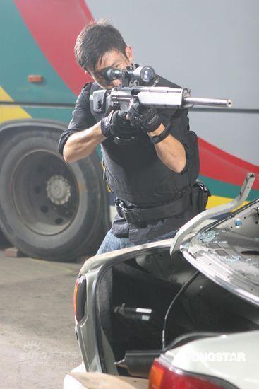 图文:《神枪手》剧照--陈冠希举枪射击