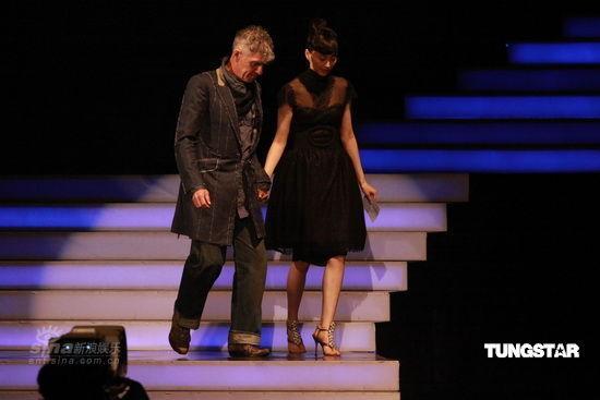 图文:亚洲电影大奖现场--杜可风与韩星李娜英登台