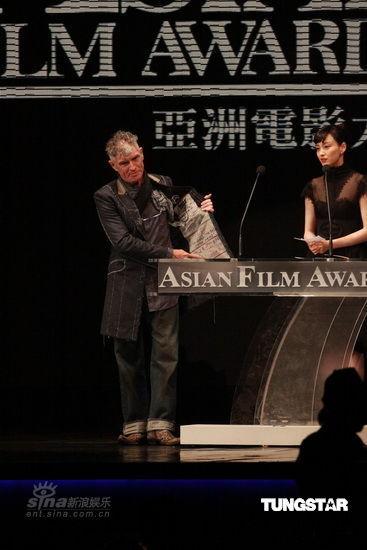 图文:亚洲电影大奖现场--杜可风秀服装
