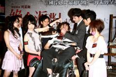 组图:小泽玛莉亚坐导演柯孟融大腿逼其吃蟑螂