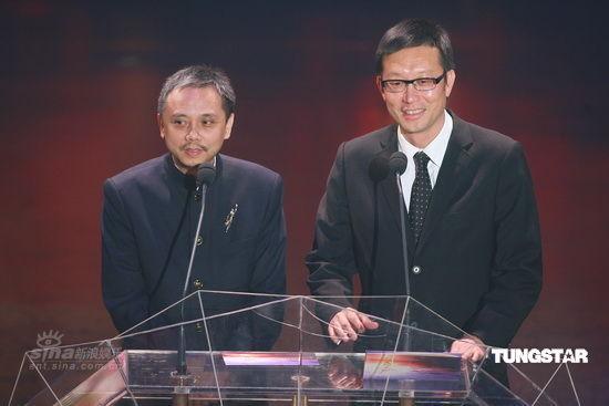 图文:金像奖现场-陈嘉上(左)与刘伟强揭晓影后