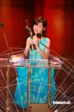 组图:徐娇获最佳新演员奖情绪激动捂嘴小哭