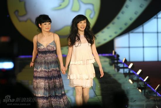 图文:大学生电影节红毯-秦海璐和胡靖钒亮相