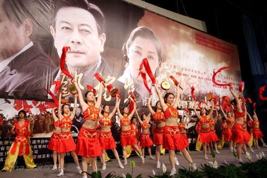 图文:《邓稼先》首映--开场舞蹈《盛世鼓舞》