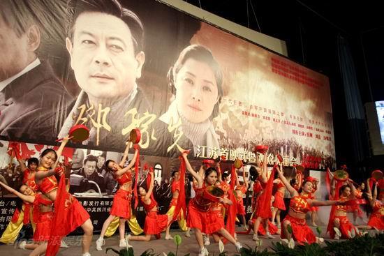 图文:《邓稼先》首映--《盛世鼓舞》表演