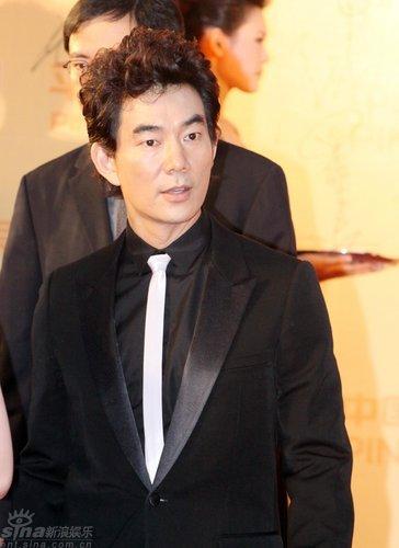 图文:上海电影节开幕--任贤齐白色小领带抢眼