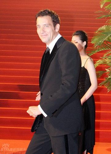 图文:上海电影节开幕--克里夫欧文满面微笑