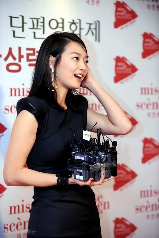 图文:韩国短片电影节开幕--申敏儿抱一堆话筒
