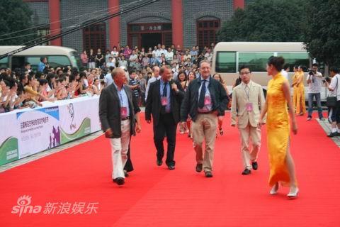 图文:雅安电影周开幕--国际嘉宾走红毯