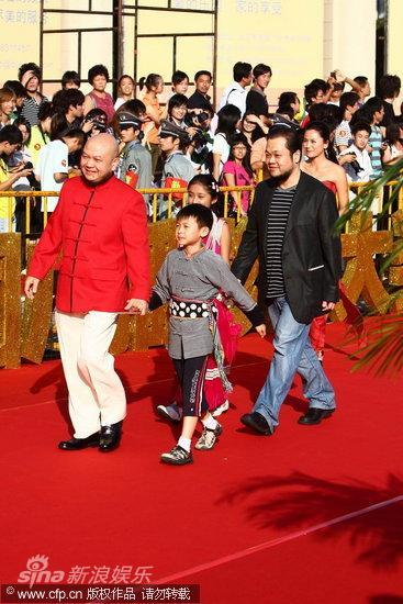 图文:第13届华表奖红毯-《走路上学》剧组