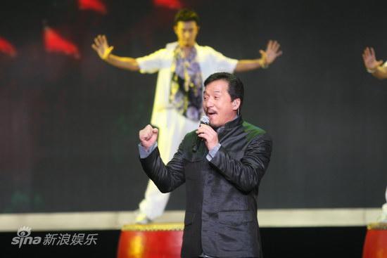 图文:第13届华表奖现场-新七小福为成龙伴舞
