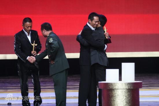 图文:第13届华表奖现场--两影帝和颁奖者拥抱