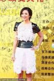 组图:章子怡时尚花瓣裙亮相华表红毯微笑迷人