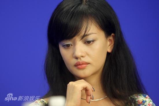 图文:张元等做客新浪-李昕芸陷入沉思