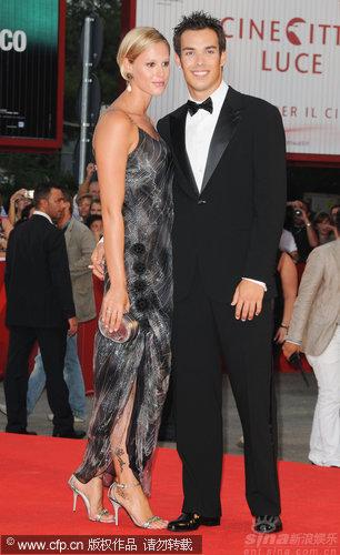 图文:威尼斯开幕红毯-意大利泳后与男友秀恩爱