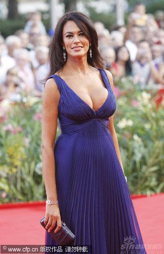 图文:威尼斯开幕红毯-玛莉亚丰胸呼之欲出