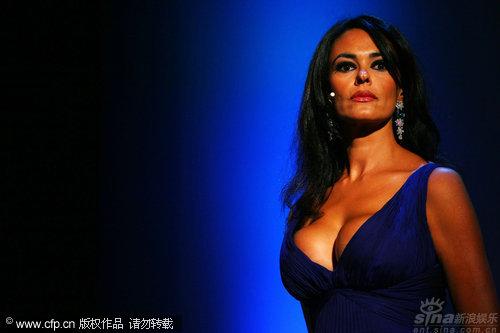 图文:威尼斯开幕内场-主持人玛莉亚春光无限