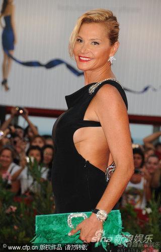 图文:威尼斯开幕红毯-意大利女主播侧身秀美胸