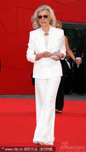 图文:威尼斯开幕红毯-玛丽娜伯爵夫人干练着装