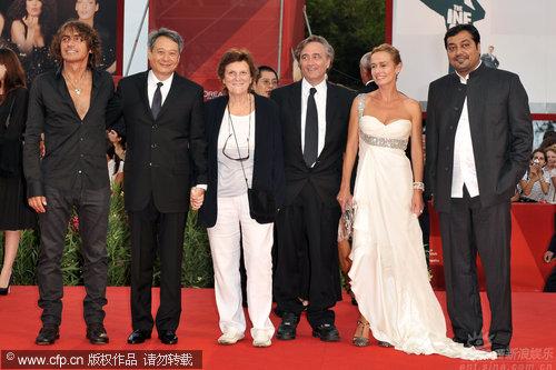 图文:威尼斯开幕红毯-评审团集体亮相
