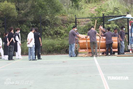 图文:成奎安出殡--工作人员搬运棺木
