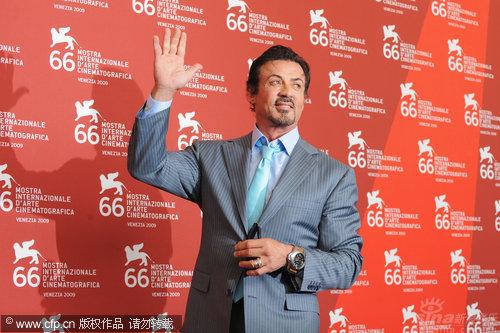 图文:电影人荣誉最高奖记者会-史泰龙向粉丝挥手