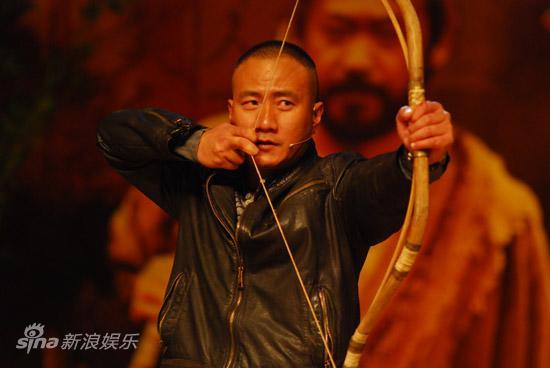 图文:《唐朝兄弟》北大首映-胡军拉弓射箭