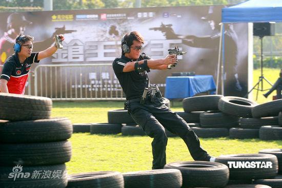 图文:《枪王之王》杀青-古天乐瞄准射击