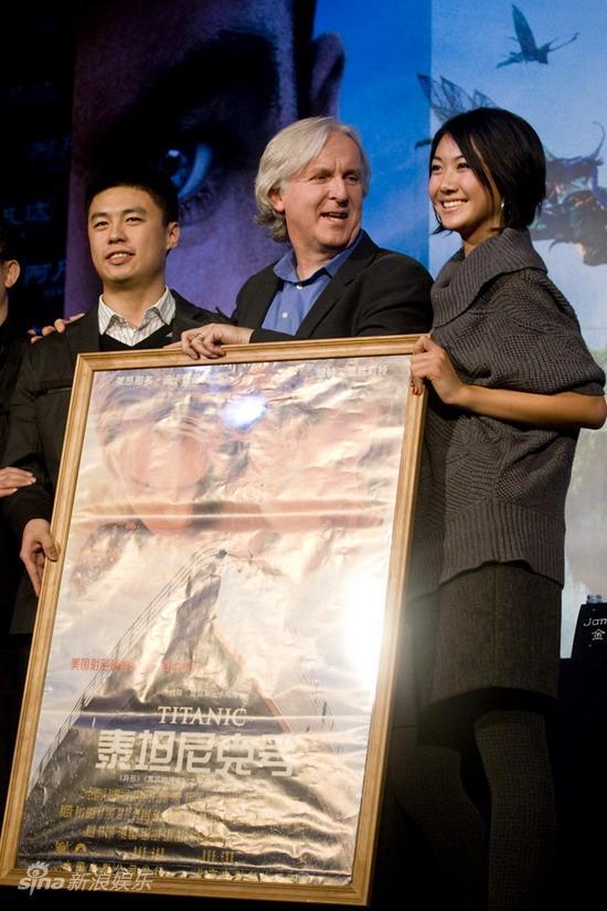图文:卡梅隆中国发布会-卡梅隆和影迷合影