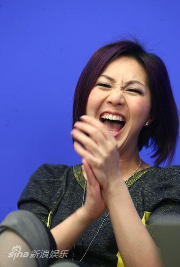 图文:《财神到》主演聊天-杨千�每�心大笑