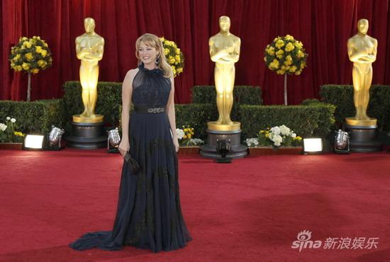 图文:奥斯卡红毯-维吉妮娅深色长裙显稳重