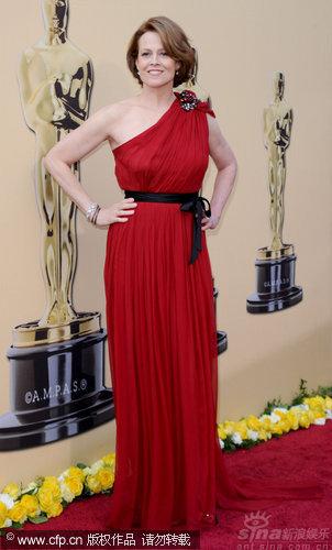 图文:82届奥斯卡红毯-阿凡达女星西格妮复古红裙