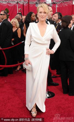 图文:第82届奥斯卡红毯-斯特里普高贵白色礼服