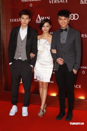 图文:亚洲电影大奖-卫诗雅(中)有帅哥相伴